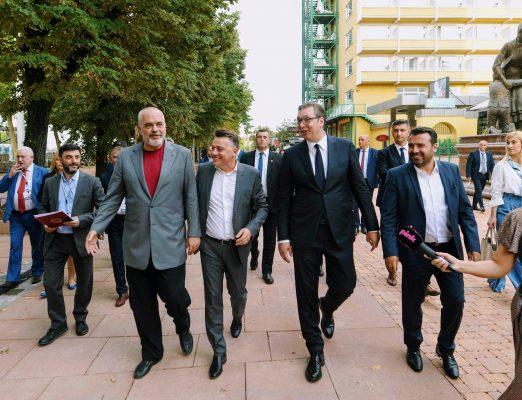 FOTO/ Rama mbërrin në Maqedoninë e Veriut, shëtitje me Zaev e Vuçiç