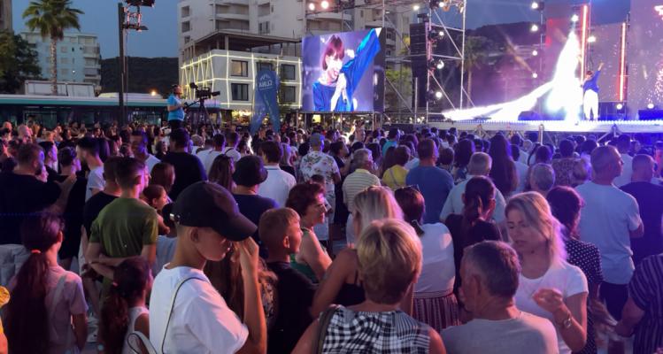 """Maratona """"Këngë Moj"""" ndez Vlorën, mijëra njerëz mblidhen në shesh"""