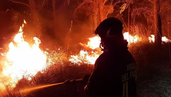 Zjarret godasin Mesdheun, probleme në Greqi dhe në jugun e Italisë