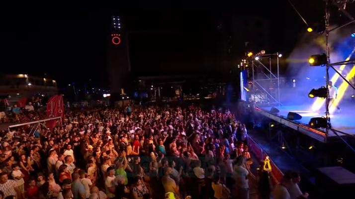 """Fieri brohorit """"Këngë Moj"""", mijëra qytetarë duartrokitënmë të mirët e muzikës shqiptare"""
