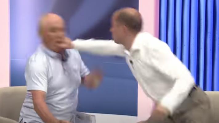 """""""Kërcet"""" grushti në mes të emisionit/ Dy politikanë përleshen me njëri-tjetrin pas akuzave (Video)"""