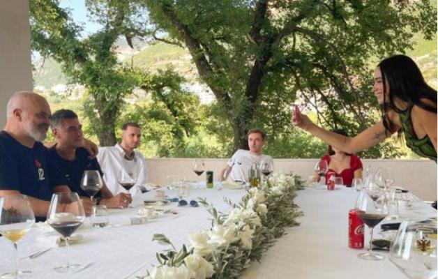 FOTO/ Rama drekon në Vlorë me Dua Lipën dhe familjen e saj