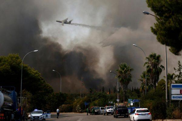Greqia, e gjunjëzuar nga zjarret/ Mijëra njerëz largohen nga shtëpitë e tyre