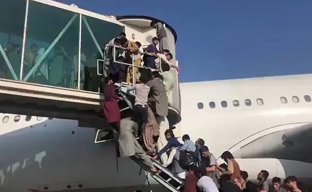 Kaos në Aeroportin e Kabulit/ Afganët duan të largohen, 5 viktima nga përplasja e turmave