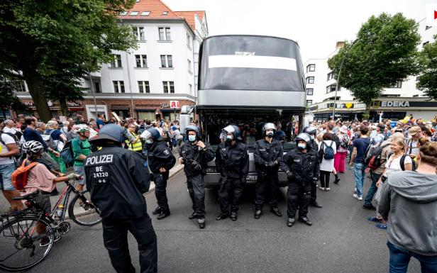 Qindra të prangosur për protestën kundër kufizimeve në Berlin