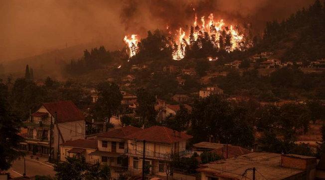 Zjarr i madh në Athinë/ Evakuohen banorët, zjarrëfikësit në luftë me flakët