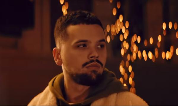 Loja me gurë në plazh dërgon këngëtarin shqiptar në spital