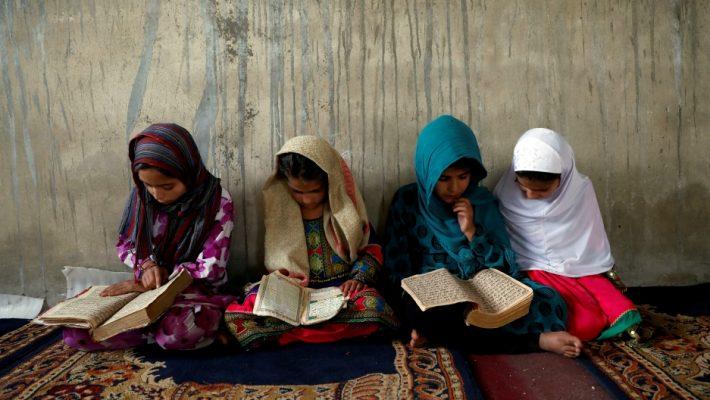 """""""Gjithçka duket shumë e errët"""", vajzat afgane përjashtohen nga shkollat e mesme"""