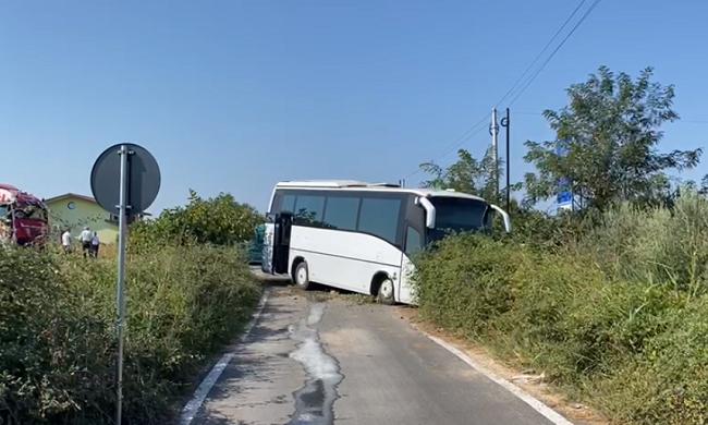Trajleri godet nga pas autobuzin me pasagjerë në Lezhë