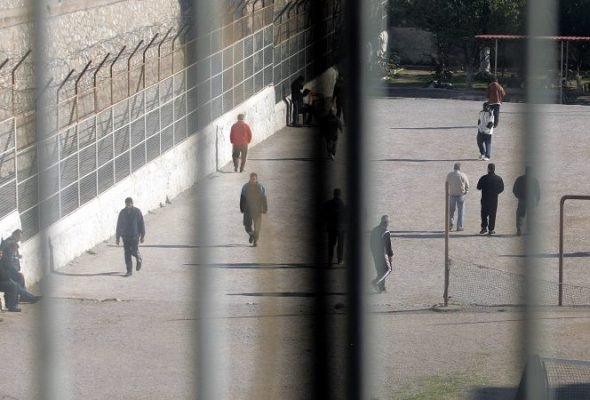 Nga ndalimi i pjesëmarrjes në politikë te takimi me familjarët e të dënuarve/ Rregullorja e re për punonjësit e burgjeve
