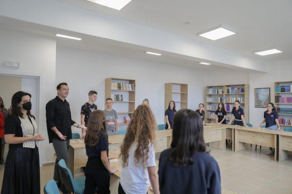 """Veliaj e Kushi përurojnë shkollën e re në Selitë: """"S'ka më asnjë arsye që nxënësit të dynden dhe mësimi të bëhet me dy turne"""""""
