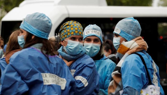 Franca pezullon 3,000 punonjës të shëndetësisë