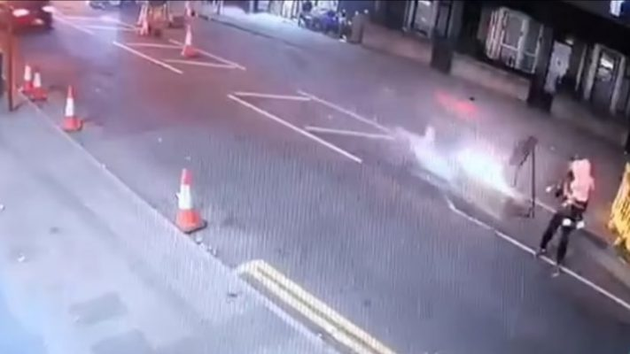 Video/ Po kalonte rrugën me vajzën 2-vjeçare, babë e bijë përplasen nga motori