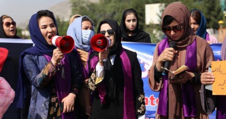 Gratë dalin në protestë për të drejtat e tyre/ Talebanët i gjakosin në kokë dhe i shpërndajnë