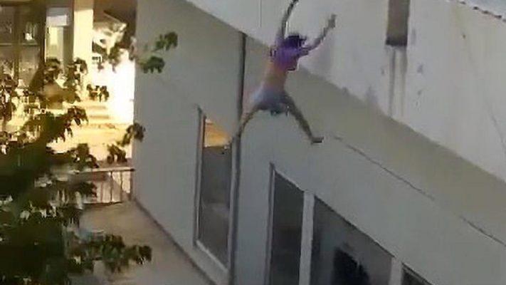 Video/ 19-vjeçarja hidhet nga ballkoni për t'iu shpëtuar rrëmbyesve