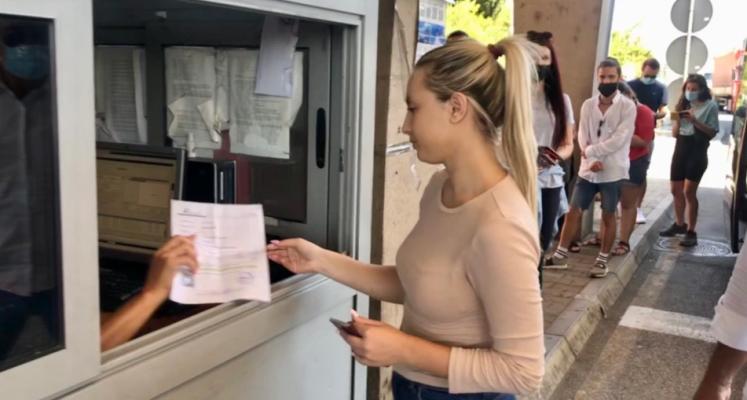Punëtorët shqiptarë bllokohen në kufirin me Malin e Zi, problem testet