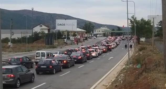 Kosovarët mbarojnë pushimet/ Radhë kilometrike në kufi