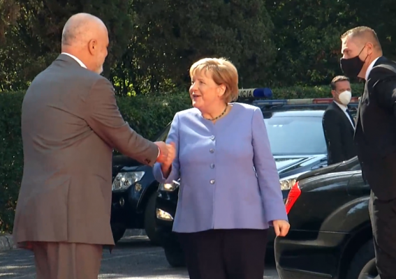 Merkel pritet nga Rama me ceremoni te Pallati i Brigadave