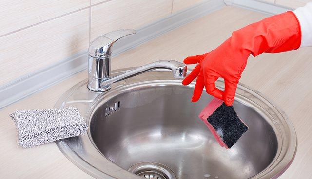 Përmbajnë baktere/ Ja sa herë duhet të ndërrohen sfungjerët e kuzhinës