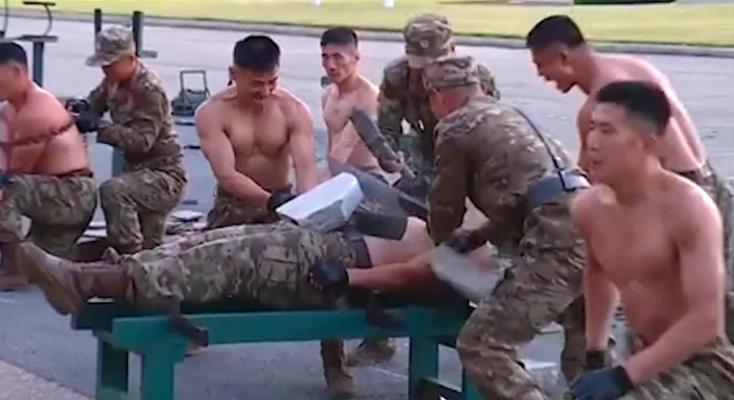 VIDEO/ Stërvitja e ushtarëve të Koresë së Veriut, thyejnë tulla me kokë para Kim Jong-un