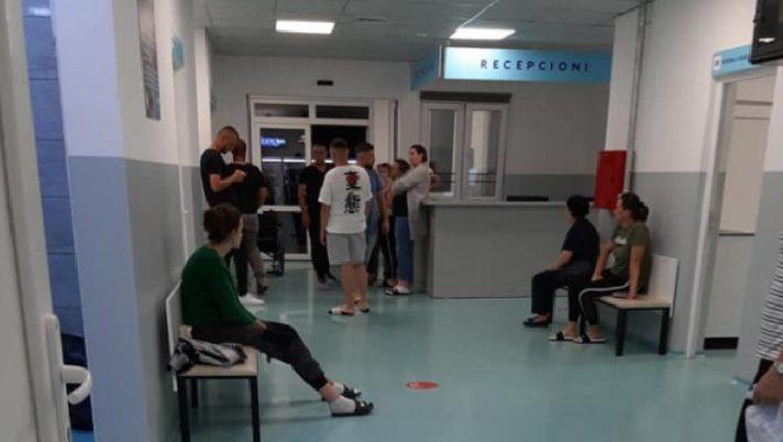 Dhjetëra qytetarë përfundojnë në spital/ Deputetja demokrate niset me urgjencë drejt Krujës