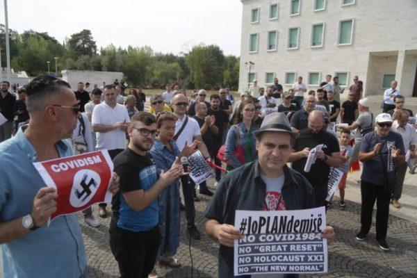 """""""Jo vaksinimit me detyrim""""/ Aktivistt protestojnë në sheshin  """"Nënë Tereza"""""""