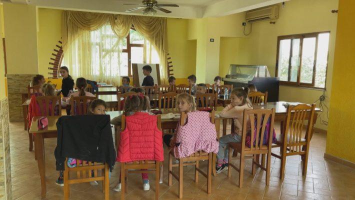 Mësimi në lokalin e fshatit/ Ministrja Kushi e mohon, por nxënësit qëndruan atje disa javë