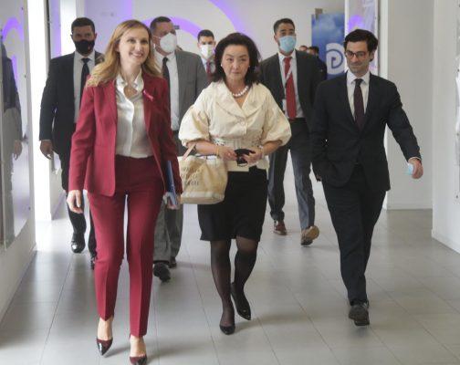 Delegacioni nga Senati Amerikan dhe ambasadorja Yuri Kim mbërrijnë në selinë blu për të takuar Bashën