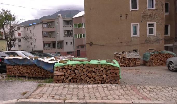Shtrenjtohen ndjeshëm drutë e zjarrit në Bulqizë, qytetarët në hall