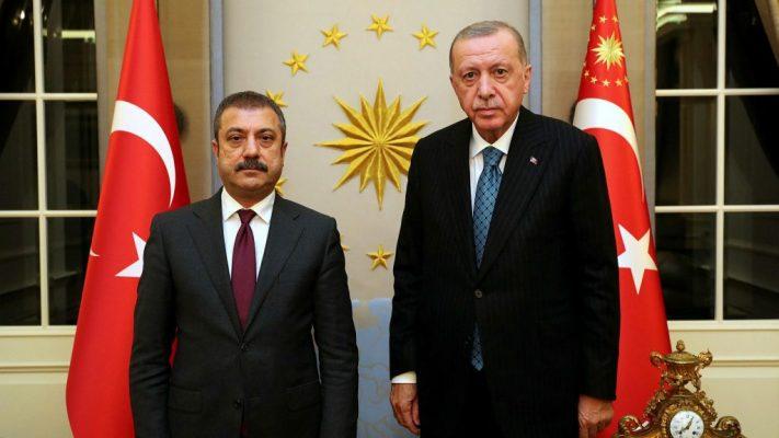Erdogan shkarkon 3 zyrtarë të Bankës Qendrore, lira turke bie në nivele të ulët