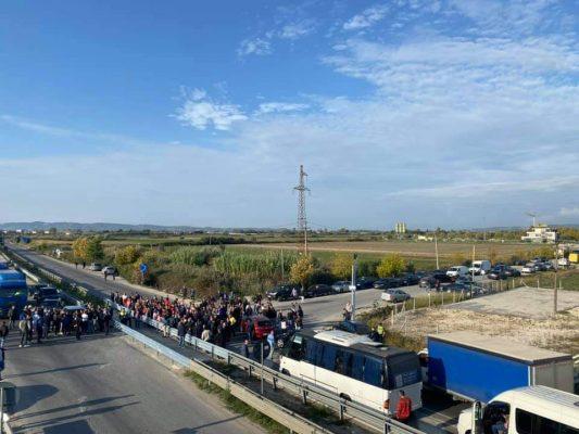 Foto-ARRSH mbylli kryqëzimin në aksin Lushnjë-Fier/ Banorët e zonës në protestë, bllokojnë qarkullimin