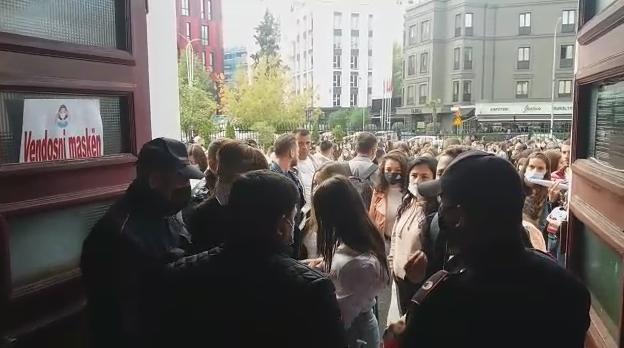 """Tensione te """"Filologjiku""""/ Studentët përplasen me policinë në hyrje të fakultetit"""