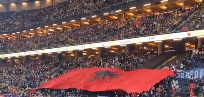 Surprizë e bukur në duelin Suedi-Kosov/ Tifozët shqiptarë shpalosin flamurin gjigand kuqezi