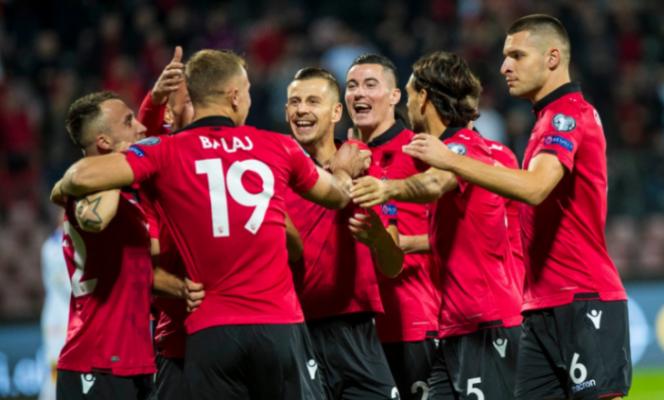 Foto/ Futbollisti shqiptar bëhet baba për herë të parë, ndan gëzimin me fansat