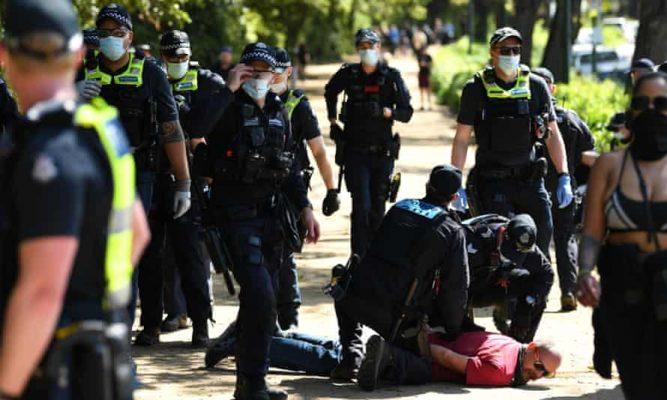 Në rrugë kundër vaksinimit/ Protesta dhe arrestime në Greqi e Australi