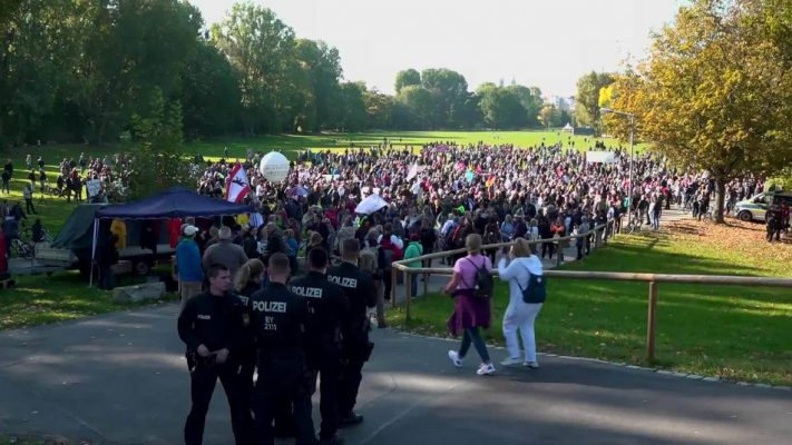 """Protesta në Gjermani kundër vaksinës me detyrim, australianët """"shijojnë"""" lirinë"""