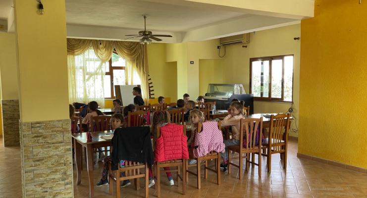 Mësim në lokalin e fshatit/ Nxënësit në Babicë refuzojnë të shkojnë në shkollë