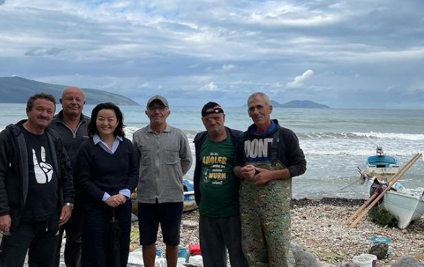 """""""E lumtur ta nis javën në Vlorë""""/ Ambasadorja Kim takohet me peshkatarë e qytetarë"""