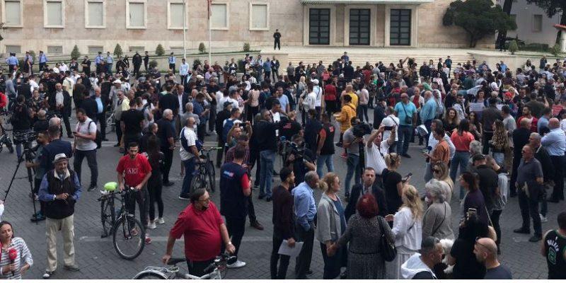 Nis protesta kundër rritjes së çmimit, qytetarët mblidhen para Kryeministrisë
