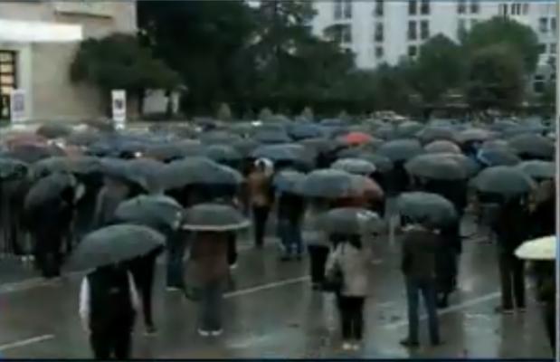 Shiu nuk ndal qytetarët/ Fillon protesta para kryeministrisë kundër rritjes së çmimeve