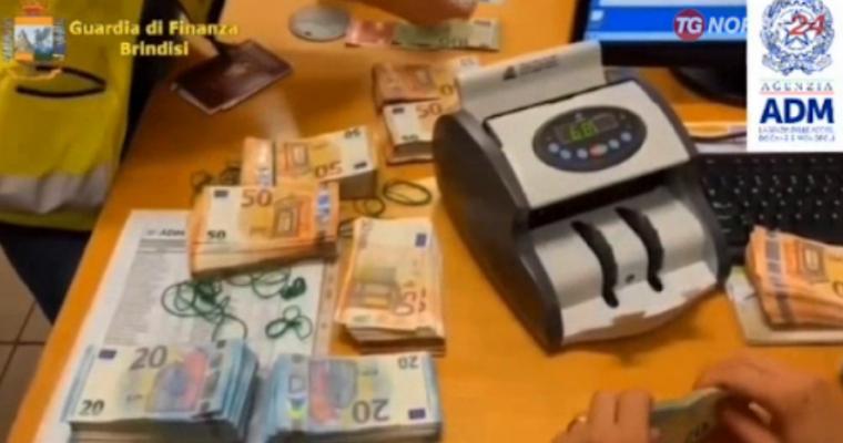 Do të vinin me autobus në Durrës/ Bllokohen në portin e Brindisit një sasi eurosh të padeklaruara