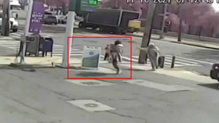 Video/ Po shëtiste me gjyshen, 3-vjeçarja tentohet të rrëmbehet në mes të ditës